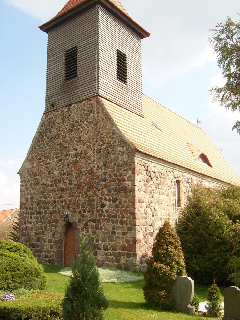 Feldsteinkirche Hasenholz im Sommer
